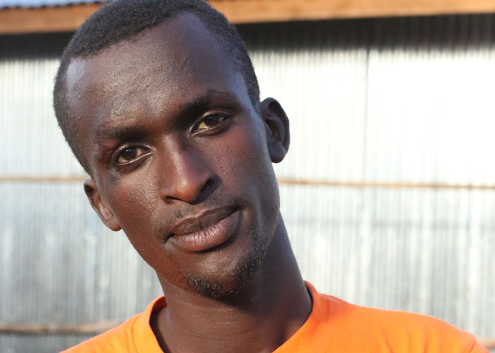 Egide, 24 ans, accompagne les adolescents du projet 'Boys for Change'. Photo: Plan Internationa