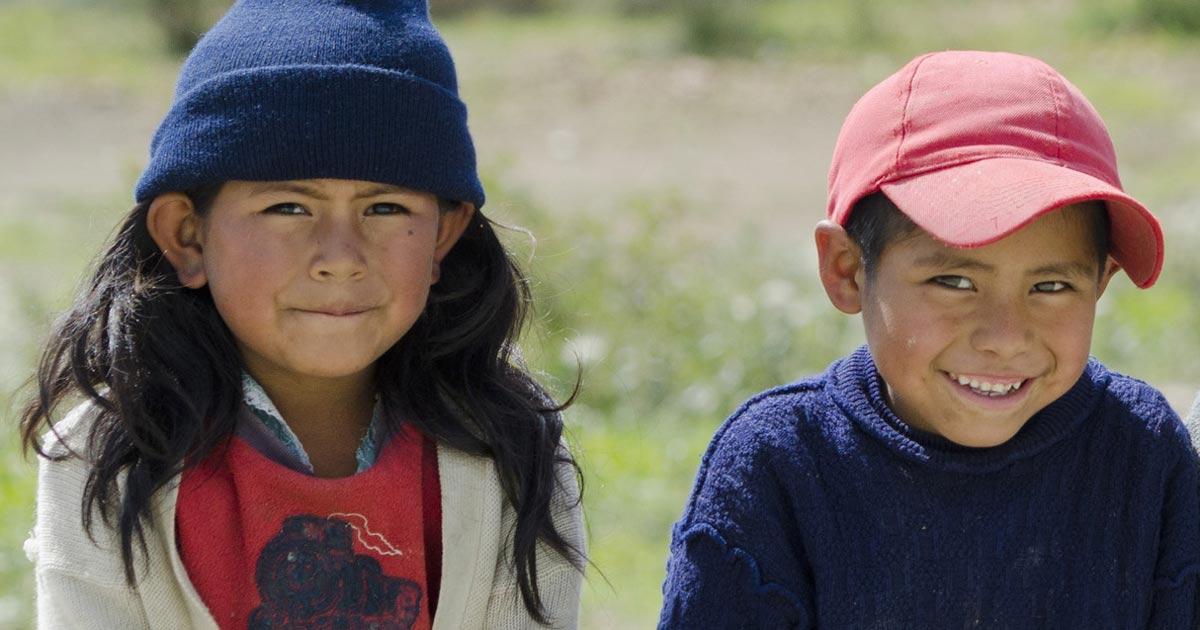 de jeunes enfants autochtones pr ts pour l cole en bolivie. Black Bedroom Furniture Sets. Home Design Ideas