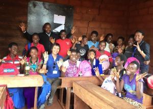 Een medewerker van Plan International praat met vluchtelingenmeisjes over hun menstruatie en hygiëne.