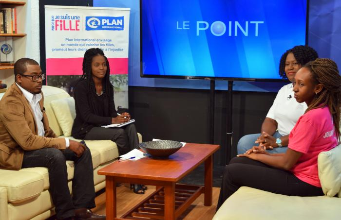 Daphnica, 19, vervangt tv-presentator George Allen op de show Le Point in Haïti. Foto: Plan International