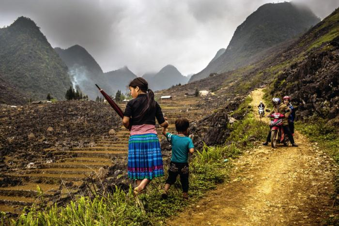 Les enfants marchent le long des routes. Province de Ha Giang, Vietnam. Photo: Plan International/Vincent Tremeau